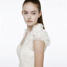 """"""" 大人っぽさOR可愛らしさどっちも可能。理想 アーネラ クロージング(Anela Clothing) ため息が出るほど美しく繊細な総レースのソフトなマーメイドライン。 深いVネックラインと縦にラインを描くくるみボタンがクラシカル。 Cottie Lou 「 Milly 」  http://anela-clothing.jp/wedding/"""