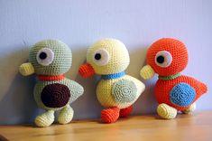 Kijk wat ik gevonden heb op Freubelweb.nl: zulke leuke lieve eendjes! ;-)  http://www.freubelweb.nl/freubel-zelf/zelf-maken-met-haakkatoen-719/