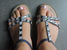"""BEAUTYTIP: Mooie schoenen verdienen mooie voeten. Sandalen met veel """"bling, bling"""" maak je mooier door je nagels te lakken met een lichtere (rustigere) kleur van nagellak zodat je schoenen alle aandacht krijgen. Dus dames vergeet je voetjes niet te soigneren! #Tamarisshoes Nagellak: California dreaming van LCN nu €6,99 bij La Perla"""