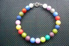 Auffallende Kette aus 20 mm Polarisperlen in den buntesten Farben, passend zu allen unifarbenen Kleidungsstücken. Die Perlen werden mit jedem Tragen s