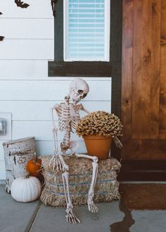 easy, simple spooky and eerie halloween entry way that isn't totally over the top but gets the point across, inexpensive and no steps porch decor