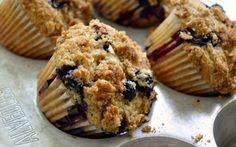 Weer een eenvoudig recept voor heerlijke muffins! Bosbessen Kruimel Muffins zijn super lekker als tussendoortje bij de koffie of voor bij het ontbijt!