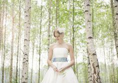 flora- kurzes brautkleid mit tellerrock und petticoat mit corsage und blau- grünem gürtel mit bunten punkten (Foto: Hanna Witte) (http://www.noni-mode.de)