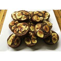 Ve: Quem não gosta de um doce? Essa receitinha é ótima super fácil de fazer e o melhor de tudo: saudável! Minha amiga do @chef.carioca que me ensinou testei e amei! Segue a receitinha: Muffin de Banana - 1/2 xícara de castanha do para triturada - 1 col. de sopa de açúcar mascavo/demerara/açúcar de coco  - 2 col. chá de cacau em po - 1/2 xícara de farinha de coco - 1/2 xicara de farinha de aveia/farinha sem gluten/farinha de arroz - 1 ovo - 1 banana - Fermento - Mel a gosto - Canela - Óleo de…