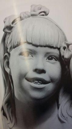 Deze mond moet mijn gezicht ongeveer hebben. Het is dromerig maar toch blij, die uitstraling wilde ik in mijn mond. Deze foto heb ik zelf gemaakt uit het boek.