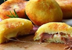 Bombs potatoes with ham and provolone quick recipe Think Food, I Love Food, Good Food, Yummy Food, Greek Recipes, Quick Recipes, Italian Recipes, Cooking Time, Cooking Recipes