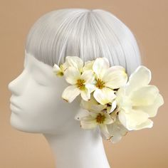 世界最古の花木とも言われるマグノリア。花言葉は「自然への愛、持続性」。ドラマティックな存在感で、大人の女性の優美で凛とした表情をを引き立てます。白 マグノリア 木蓮 髪飾り3本セット/アーティフィシャルフラワー(造花)