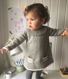 handmade,dressknit-Clever yoke and cute pockets and trimming ideas Diy Crafts Knitting, Knitting For Kids, Baby Knitting Patterns, Baby Patterns, Dress Patterns, Girls Knitted Dress, Knit Baby Dress, Knitted Baby Clothes, Baby Model