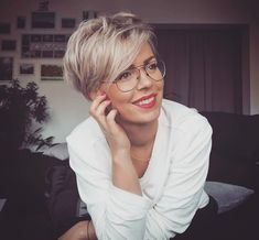 How to style the Pixie cut? Despite what we think of short cuts , it is possible to play with his hair and to style his Pixie cut as he pleases. Short Dark Hair, Short Blonde, Short Hair Cuts For Women, Short Hair Styles, Cheveux Courts Funky, Pixie-cut Lang, Short Layered Haircuts, Ash Blonde Hair, Long Pixie