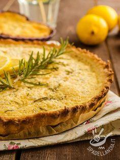 La Torta salata al limone e rosmarino è una delizia ripiena di toma, fontina, philadelphia, parmigiano. Un mix di sapori irresistibile!