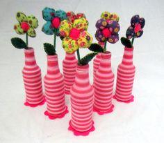 Arranjo com garrafinhas e flores