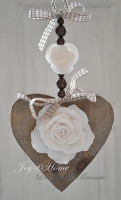 Zeepketting. Houten hart & roomwitte zeep rozen Birthday Tags, Heart Diy, Wooden Hearts, Wooden Letters, Diy Projects To Try, Flower Making, Decorative Bells, Decoration, Biscuit