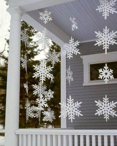 Outdoor Christmas Decorations For A Holiday Spirit Browse holiday and seasonal decoration designs and ideas for your home. Get a new Christmas decor look with these fabulous Outdoor Christmas Decorations for a Holiday Spirit. Christmas Porch, Noel Christmas, Simple Christmas, Christmas Crafts, White Christmas, Christmas Ideas, Christmas Snowflakes, Country Christmas, Christmas Displays