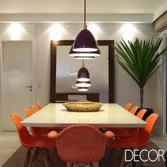 Tonalidades marcantes conferem vivacidade a projeto de interiores de apartamento.