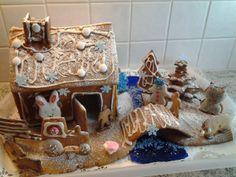 Jokavuotinen piparkakkuprojekti näyttää tänä vuonna tältä. Talon kokosi äiti, mutta kaikki suunnittelu, koristelu ja toteutus on a' la Juho 8v. - by Sari -- Piparkakkutalo, Joulu, Gingerbread house, Christmas