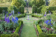 Prince Charles of England's beloved Sundial Garden. It is crammed with delphiniums in summer. A formal garden. Formal Gardens, Outdoor Gardens, Amazing Gardens, Beautiful Gardens, Highgrove Garden, Garden Playhouse, English Garden Design, Royal Garden, English Country Gardens
