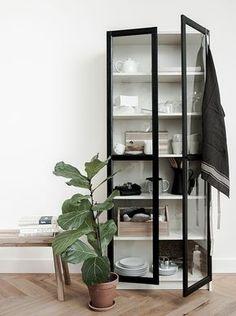 Maak van je BILLY boekenkast een echte eyecatcher | IKEA IKEAnl IKEAnederland creatief accessoires decoratie kast opbergen woonkamer inspiratie wooninspiratie keuken servies plant wit klassiek icoon servieskast vitrinekast SKOGSTA bank VARDAGEN servet