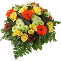 [ CAP HORN ] Bouquet rond composé de freesias jaunes, millpertuis, germinis orange et santinis. Feuillage : sallal, pittosporum et fougère. #bouquet