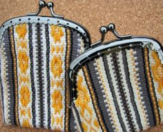 Inkle band change purse pick-up What a great project for the band loom too! Card Weaving, Tablet Weaving, Weaving Art, Tapestry Weaving, Loom Weaving, Inkle Loom, Hand Embroidery Tutorial, Loom Patterns, Inkle Weaving Patterns