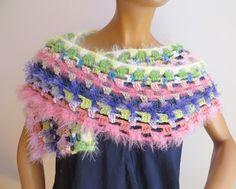 dieser gehäkelte Schal ist ein absoluter eye catcher und kann auch zu eleganten Anlässen getragen werden Elegant, Shawls, Bunt, Crochet Necklace, Scarves, Colours, Fashion, Ponchos, Scarf Crochet