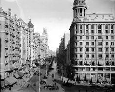 Esta imagen muestra una panorámica del segundo tramo de la Gran Vía, el comprendido entre la Red de San Luis, cruce de calles llamado así por la malla que delimitaba un antiguo mercado, y la plaza del Callao, llamado el bulevar.