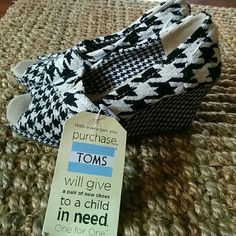 Last chance/Toms Houndstooth wedge heels Black and white/ TOMS Shoes Heels
