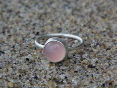 Wunderschöner Ring gefertigt aus 925 Sterling Silber Draht. Der Ring ist verziert mit einem schönen Aqua Chalcedon Stein AAA Qualität. Durchmesser des Steines ist 8 mm. Der Farbton des Steines Nude...