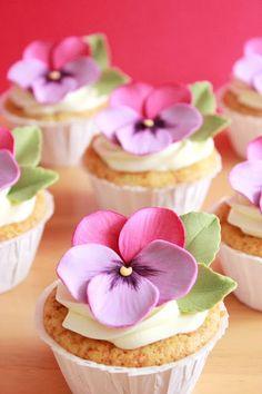 Kiara`s cakes: How to make fondant violets Cupcakes Flores, Flower Cupcakes, Fondant Cupcakes, Cupcake Cookies, Tolle Cupcakes, Beautiful Cupcakes, Salty Cake, Fondant Flowers, Sprinkles
