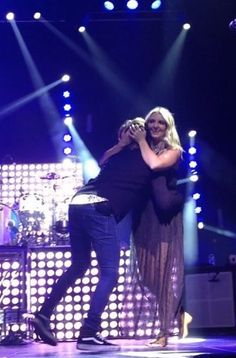 Okay. I can't tell who's hugging Rydel. Its either Ross or Riker. But I still love the pic!❤