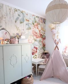 I Love this wallpaper just on one wall Baby Decor, Kids Decor, Nursery Decor, Room Decor, Little Girl Rooms, Kid Spaces, Home Staging, Girls Bedroom, Room Inspiration