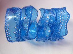 Bracelet en dentelle de plastique ajouré