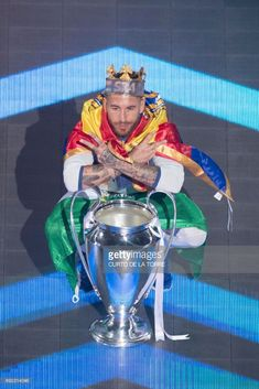 Real Madrid's defender Sergio Ramos poses during a celebration event held at the Santiago Bernabeu stadium after the team won the the UEFA Champions League football match final Juventus vs Real. Football Names, Best Football Team, Football Match, Football Quotes, Soccer Guys, Football Players, Basketball, Softball, Lucas Vazquez