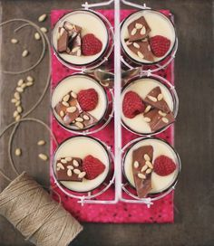natillas cremositas, suaves y con sabor a vainilla de la buena. con frambuesas y chocolate