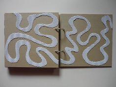 livre tactile : parcours à suivre avec le doigt, sublime ! papier de verre, carton ondulé, bois de plaquage, papier végétal, papier métalisé, feutrine, carton ondulé, tissu milleraie. A chaque fois, un chemin différent d'un bout à l'autre
