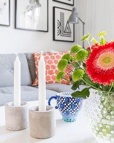 Det finns så himla många fina detaljer hemma hos Josefine och Rickard! I deras hus i Valbo har de gjort massor av smarta lösningar. Vad sägs till exempel om en upphissningbar trappa? Kolla in allt i Allt i Hemmet nummer 6! Text @versalmedia Foto @karinjohanssonfotograf ✨🏡🌻#heminredning #inredning #decoration #tavelvägg #smartsolutions #valbo #blommor #bukett Candles, Table Decorations, Instagram Posts, Furniture, Home Decor, Decoration Home, Room Decor, Candy, Home Furnishings