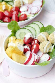 Vollgepackt mit frischen und gesunden Zutaten - die Low Carb Falafel-Bowl mit Ananas, Radieschen, Gurken und Tomaten schmeckt richtig lecker und ist schnell gemacht.