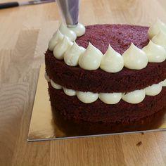 Oreo Cake Recipes, Easy Cake Recipes, Dessert Recipes, Red Velvet Cake Decoration, Red Birthday Cakes, Bolos Naked Cake, Bolo Red Velvet, Bolo Cake, Easy Cake Decorating