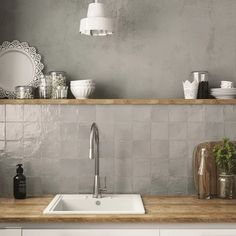 The best kitchen tile décor and backsplash trends for 2020 and beyond from metallic tiles to solid white floor tile ideas and textured gray wall tiles Kitchen Credenza, Tile Trends, Kitchen Models, Kitchen Trends, Kitchen Tile, Kitchen Remodel, Kitchen Wall, Kitchen Tiles Backsplash, Kitchen Design