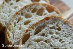 Her kommer en modsætning tilde sidste dagesfastelavnsbolle-opskrifter. Et super lækkert brød af helt enkle ingredienser. Mel, vand, saltog gær – intet andet. Jeg laver en fordej, der står …