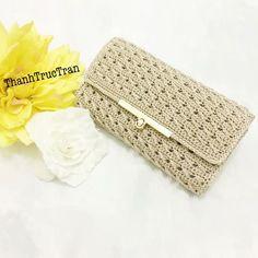 Dompet rajut Crochet Clutch Bags, Crochet Wallet, Crochet Handbags, Crochet Purses, Bead Embroidery Jewelry, Beaded Embroidery, Crochet Designs, Crochet Baby Sweaters, Crochet Stitches