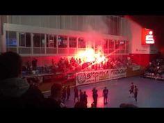 Pyro in der Halle. Fußballfans entzünden nach dem verlorenen Finale bengalische Feuer in einer Sportarena in Potsdam.