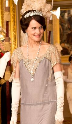 "court ensemble worn by Elizabeth McGovern in the role of Cora Crawley, Countess of Grantham, sponsor for debutante Lady Rose MacClare, in the TV series ""Downton Abbey. Downton Abbey Costumes, Downton Abbey Movie, Downton Abbey Fashion, Glamour Costumes, Lady Mary Crawley, Lady Violet, Elizabeth Mcgovern, Estilo Retro, Fashion Tv"