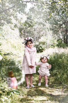Memini children`s wear by Kristine Vikse, Norwegian design, organic cotton, baby and kids ss 2016. Baby girl, sibling photo, Alice in wonderland, cotton, pink, flower print, ruffles,dress, down the rabbit hole, drink me