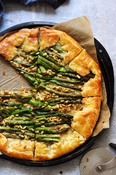 17 recipes for your bridal shower feast - Bridal Pursuit - Asparagus, Gruyere and pine nut galette Vegetarian Recipes, Cooking Recipes, Pastry Recipes, Brunch, Mets, Galette, Vegan, Cookies Et Biscuits, A Food