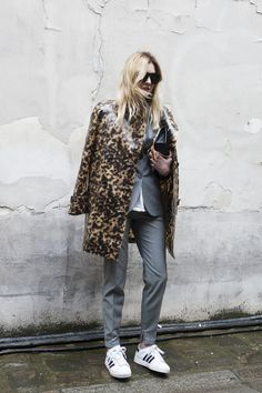 A chic leopard coat. at Paris Fashion Week Fall 2014 Street Style 2014, Street Style Looks, Fashion Week Paris, Street Fashion, Star Fashion, Look Fashion, Costume Gris, Tomboy Look, Sneakers Street Style