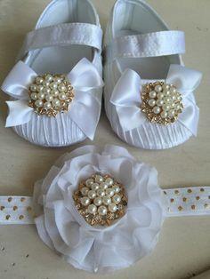 Princesa bebé de cetim branco Shoes Berço e set headband, sapatinhos de bebê, headband elástica, ouro e branco.