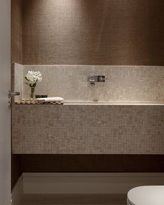 Lavabo l Destaque para a bancada bem marcante, e papel de parede imitando linho! Projeto @deborahroig8 #bathroom #bath #toilet #papeldeparede #instadecor #wallpaper #revestimento #design #lamp #arquitetura #architecture #decoracion #decoration #decora #homedesign #home #instahome #instabest #arquiteta #decorating #interiors #goodnight #boanoite #blogfabiarquiteta #fabiarquiteta