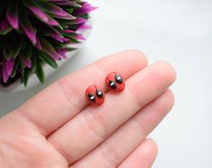 A weird ladybug. Diy Earrings Polymer Clay, Cute Polymer Clay, Polymer Clay Miniatures, Fimo Clay, Polymer Clay Projects, Polymer Clay Charms, Clay Crafts, Clay Design, Clay Creations