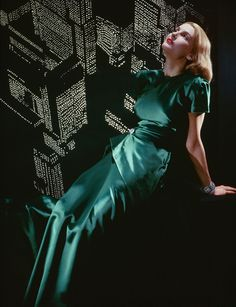 green evening gown dress long short sleeves color photo print ad vintage fashion style Erwin Blumenfeld, Untitled, New York, 1946 Glamour Vintage, Glamour Hollywoodien, Mode Glamour, Hollywood Glamour, Vintage Vogue, Foto Fashion, 1940s Fashion, Fashion History, Fashion Models