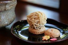 食べるのがもったいないくらい、美しい和菓子は菓子工房に併設された喫茶でいただいたり、金沢市にある店舗で購入することができます。